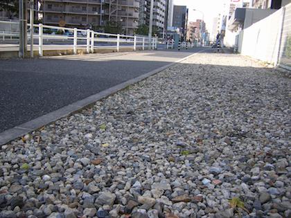 道路に敷設された再生砕石 再生砕石のアスベスト混入問題 1.再生砕石とは a) コンクリート塊の